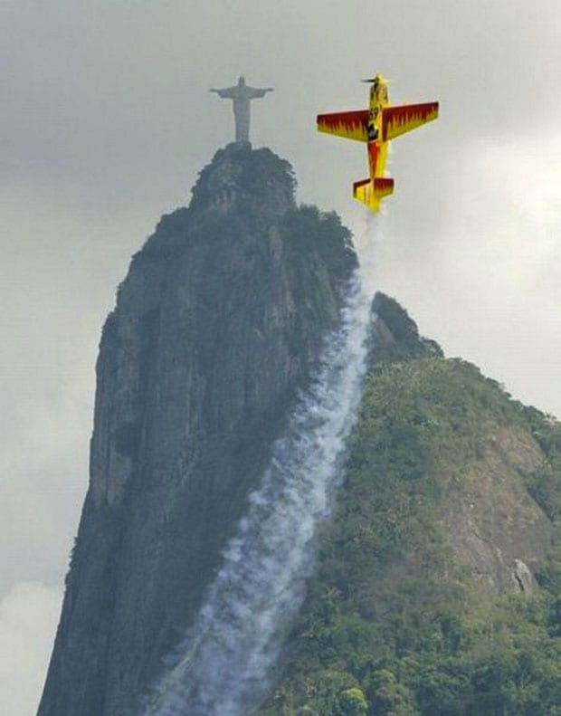 A-stunt-plane-does-its-best-impression-of-Christ-the-Redeemer