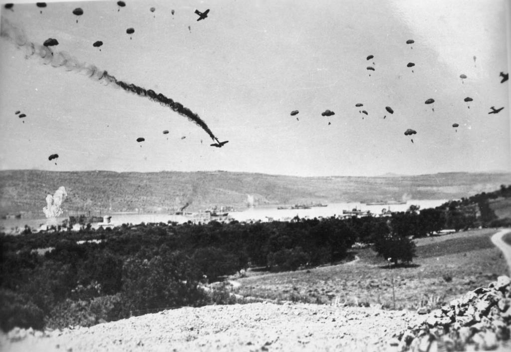 15-German-paratroopers-land-in-Crete