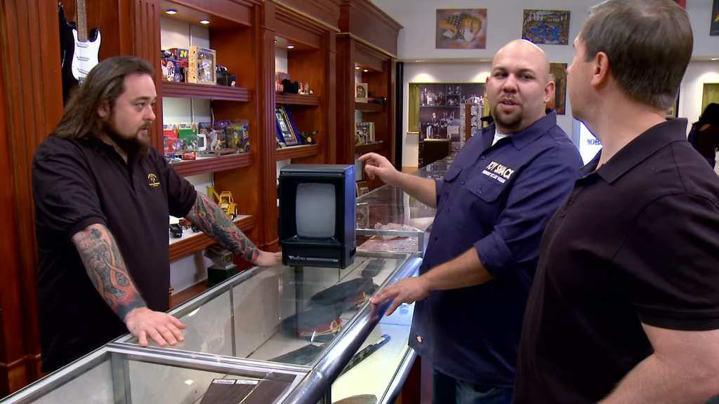 11-Chumlee-making-a-trade