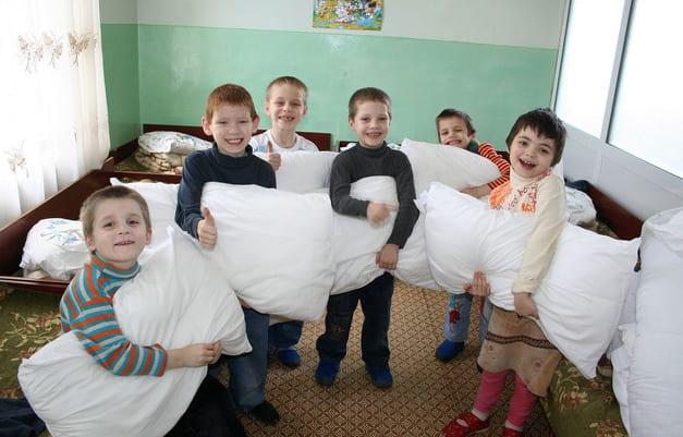 MDGB2012-23-1_209-5_Balti_Children-receiving-the-pillows