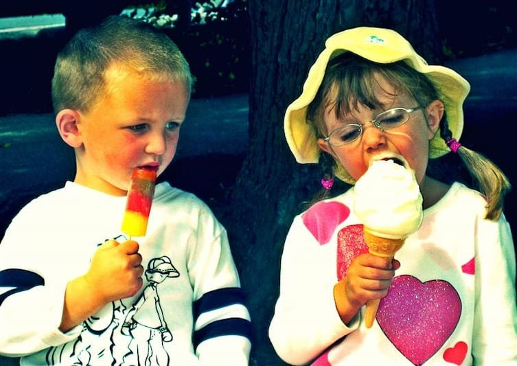 Amusing photos that show the many faces of jealousy | KiwiReport